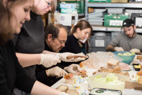Wir schmieren fleißig Brote für die Gäste (Foto:Arai Moleri)
